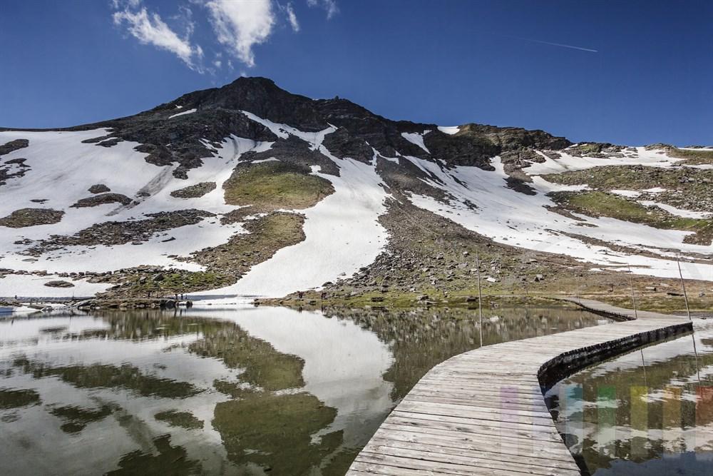 Die Fuscher Lacke ist ein kleiner Bergsee an der Großglockner Hochalpenstraße auf 2262 Meter Höhe, den man auf einem Holzsteg durchqueren kann
