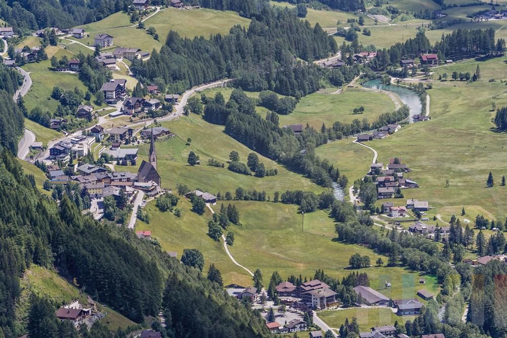 Blick von der Großglockner Hochalpenstraße auf die Ortschaft Heiligenblut im Mölltal, Kärnten