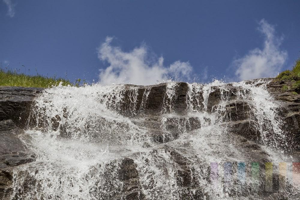 Der Fensterbach-Wasserfall am Rande der Großglockner-Hochalpenstraße im Sonnenschein, Detailaufnahme