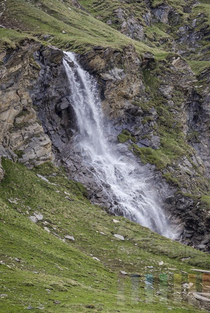 Wasserfall oberhalb des Nassfeld-Stausees an der Großglockner-Hochalpenstraße