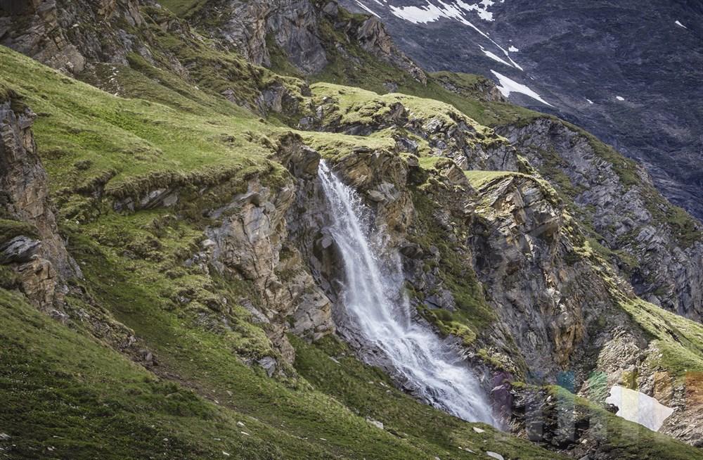 Wasserfall oberhalb des Nassfeld-Stausees an der Großglockner-Hochalpenstraße, Nationalpark Hohe Tauern