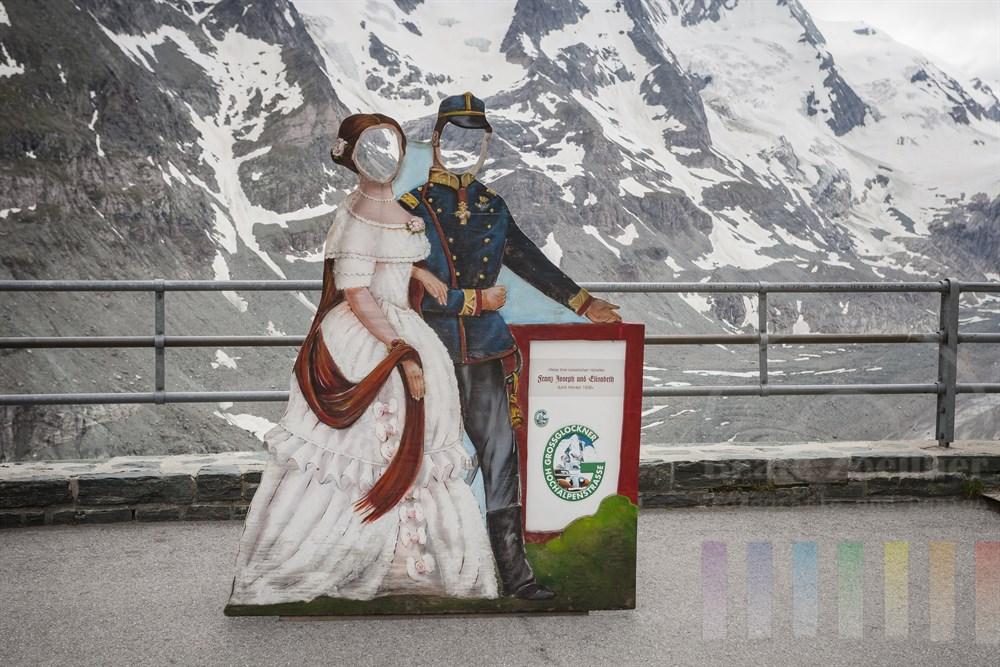 Kaiserin Sissi und Kaiser Franz-Josef stehen als gesichtslose, bemalte Sperrholzfiguren auf der Kaiser-Franz-Josefs-Höhe an der Großglockner Hochalpenstraße, damit sich Touristen mit ihnen vor der Bergkulisse fotografieren lassen