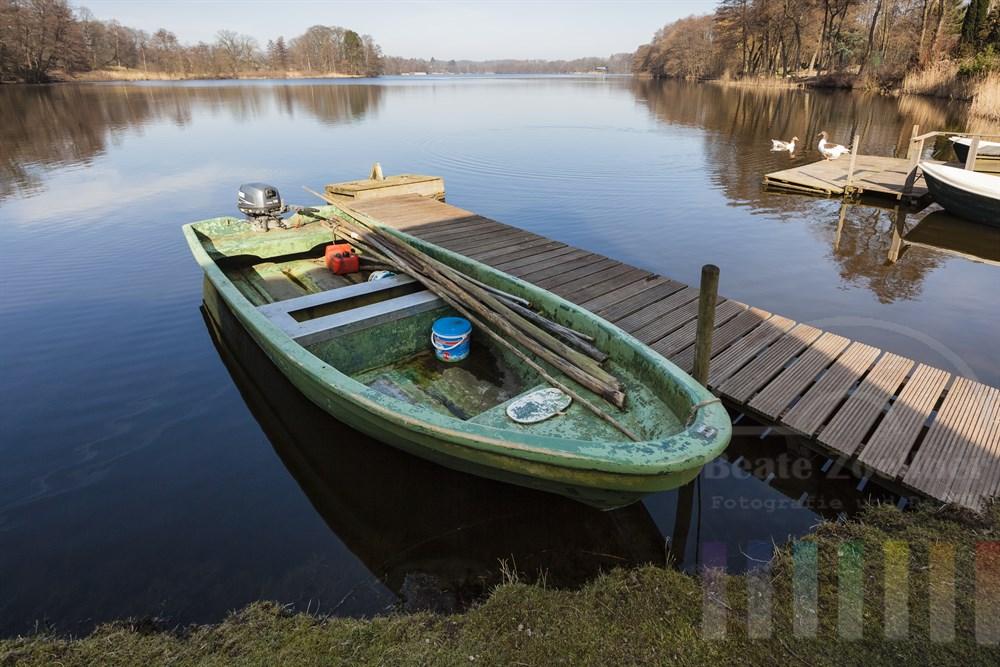 Frühlings-Idylle am Ufer des Lütjensees in der Stormanschen Schweiz mit einem am Steg liegenden Boot