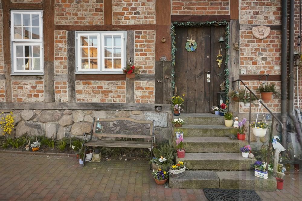 Liebevolle Frühlings-Dekoration an einem historischen Wohnhaus in der Altstadt von Mölln/Herzogtum Lauenburg