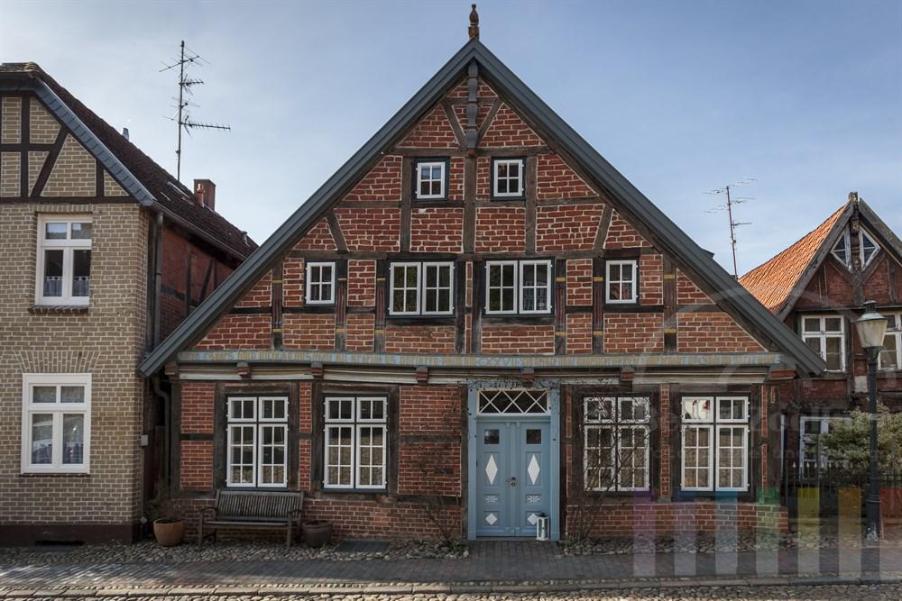 Historische Wohnhäuser in der Altstadt von Mölln/Kreis Herzogtum Lauenburg. In der Mitte ein wunderschön restauriertes Fachwerkhaus.