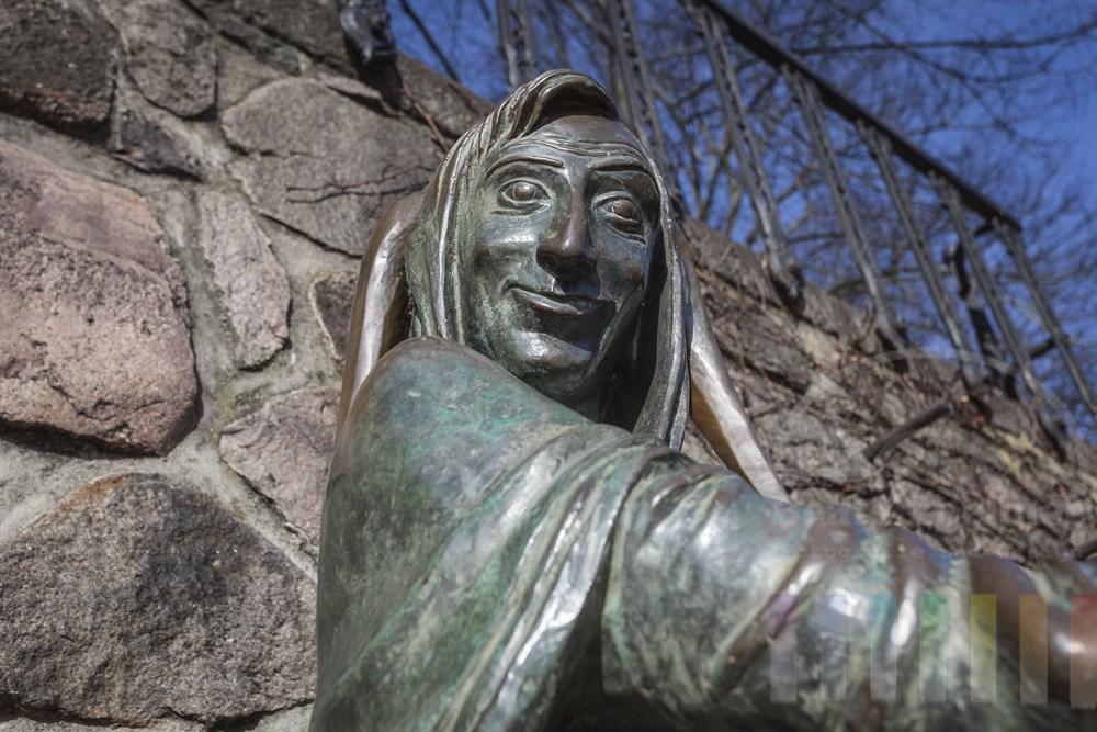 Der berühmteste Sohn der Stadt Mölln ist Till Eulenspiegel, der Narr, der seinen Zeitgenossen gern derbe Streiche spielte. Er soll 1350 in Mölln gestorben sein. Die Stadt erinnert an ihn mit einem Brunnen und einem Museum in der historischen Altstadt. Das Anfassen der Brunnenfigur an Füßen und Daumen soll Glück und Segen bringen