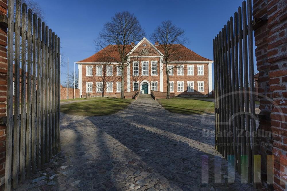 Das Herrenhaus der Herzöge von Mecklenburg steht am Domhof in Ratzeburg in der Frühlingssonne. Der ehemalige Adelssitz beherbergt heute das Kreismuseum