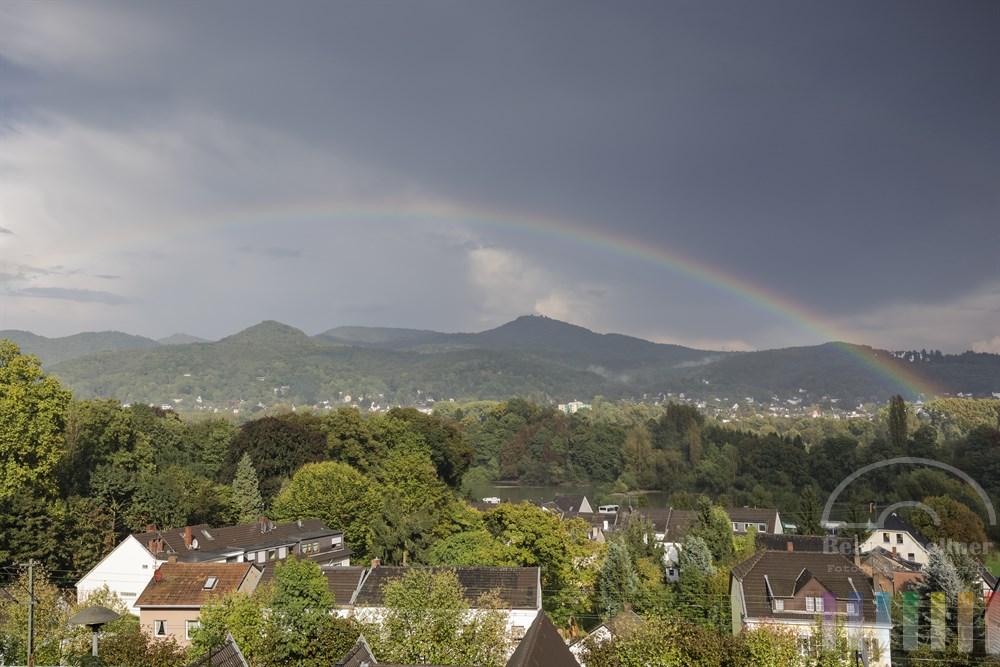 Regenbogen über dem Siebengebirge, Blick von Remagen-Rolandswerth auf die andere Rheinseite mit  Rhöndorf, einem Stadtteil von Bad Honnef