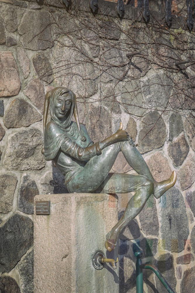 Der berühmteste Sohn der Stadt Mölln ist Till Eulenspiegel, der Narr, der seinen Zeitgenossen gern derbe Streiche spielte. Er soll 1350 in Mölln gestorben sein. Die Stadt erinnert an ihn mit einem Brunnen und einem Museum in der historischen Altstadt. Das Anfassen der bronzenen Brunnenfigur an Füßen und Daumen soll Glück und Segen bringen