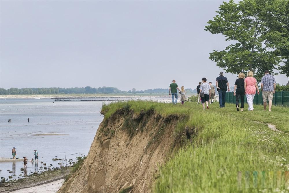 Urlauber spazieren auf dem Kliff am Campingplatz Neustein an der Ostsee entlang