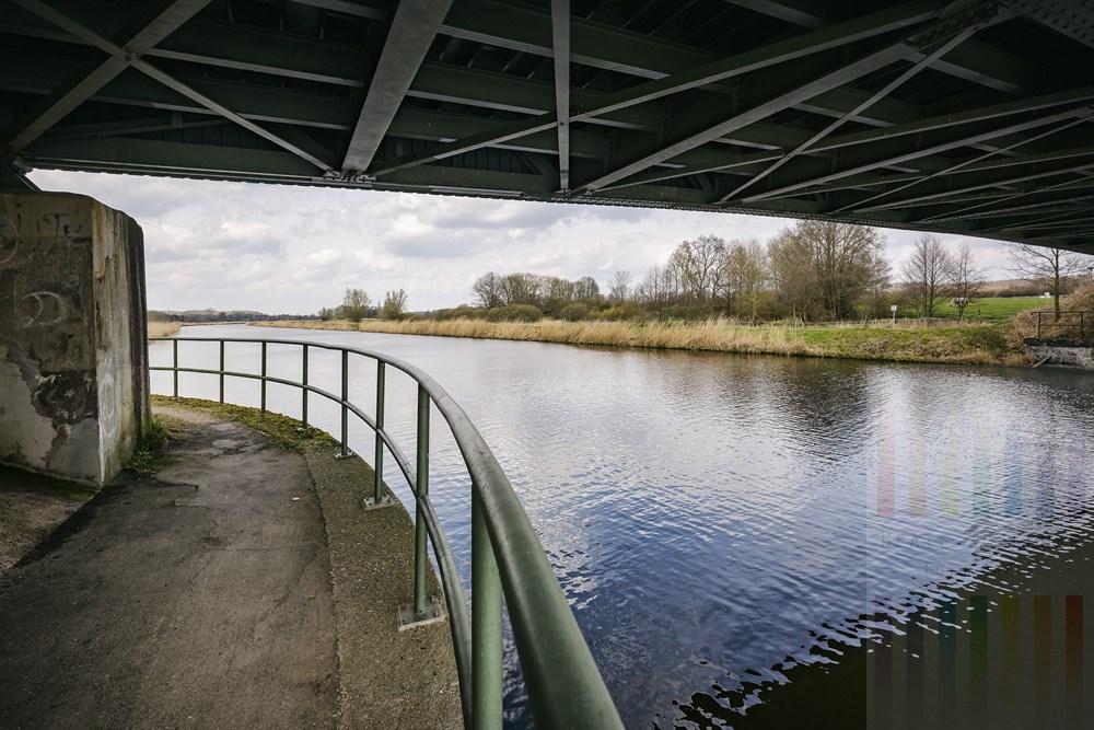 Unter einer Brücke am Elbe-Lübeck-Kanal. Der Weg gehört zur historischen Route der Alten Salzstraße