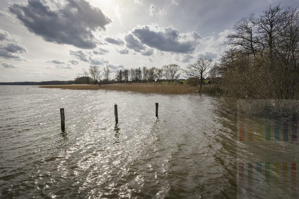Frühlingsonne lässt die Wasseroberfläche des Ratzeburger Sees glitzern