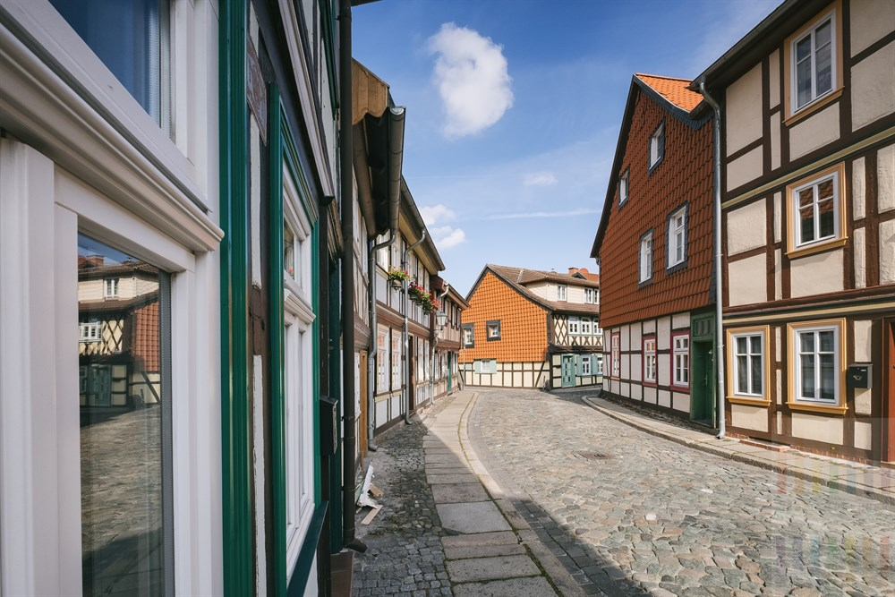 Historische Wohnhäuser nach der Restaurierung an einer Kopfsteinpflasterstraße in Wernigerode