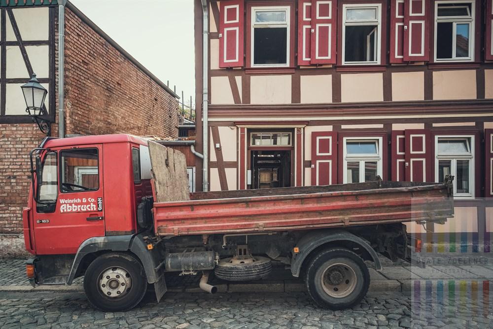 Altersschwacher LKW einer Abbruchfirma steht vor einem Altstadthaus in Wernigerode, das gerade entkernt und restauriert wird