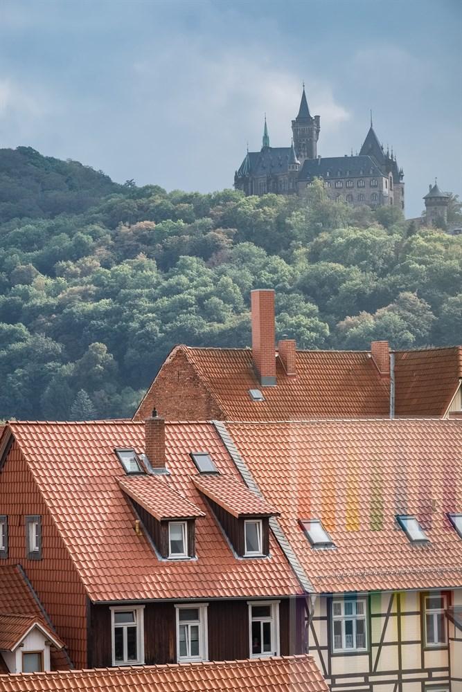 Blick über die historische Altstadt von Wernigerode auf das Schloss, dass hoch über der Stadt am Berg thront
