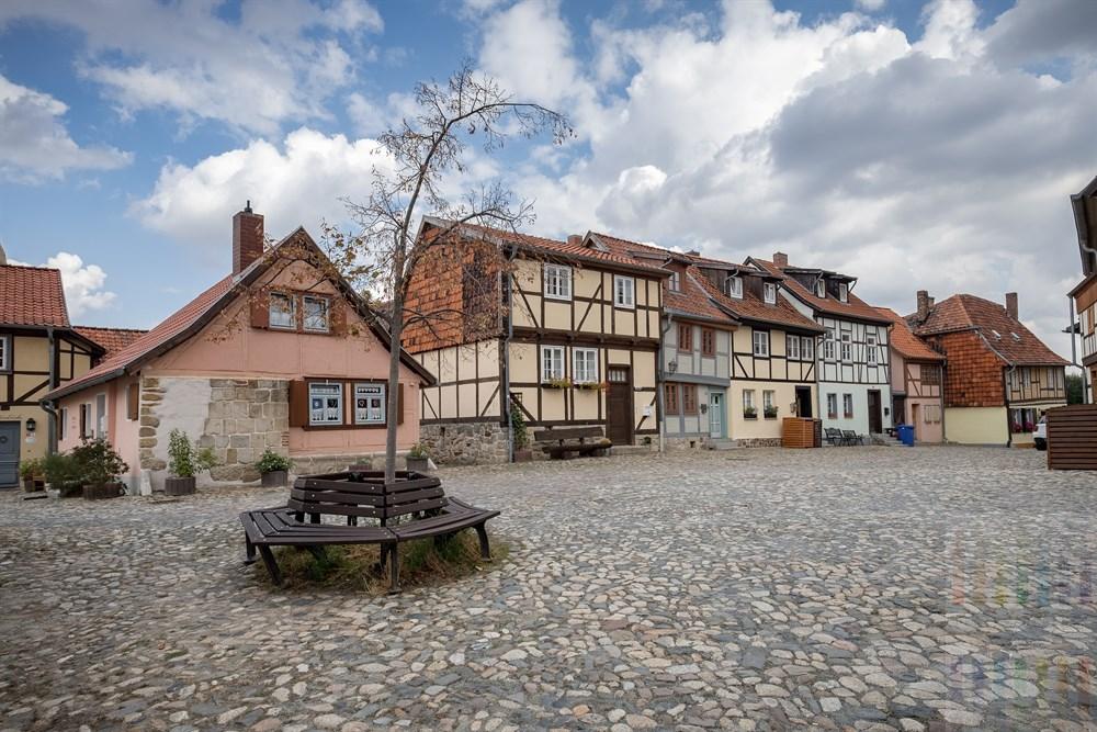 Liebevoll restaurierte Fachwerkhäuser stehen auf dem Münzenberg in Quedlinburg