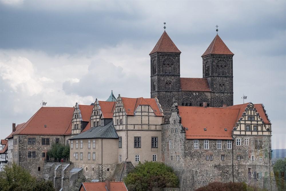 Blick vom Münzenberg auf den Schlossberg der Welterbestadt Quedlinburg mit Stiftskirche