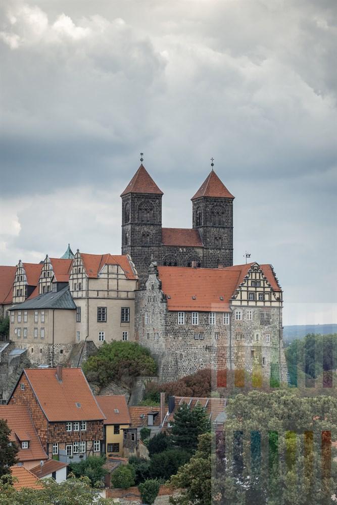 Blick vom Münzenberg auf den Schlossberg der Welterbe-Stadt Quedlinburg mit Stiftskirche