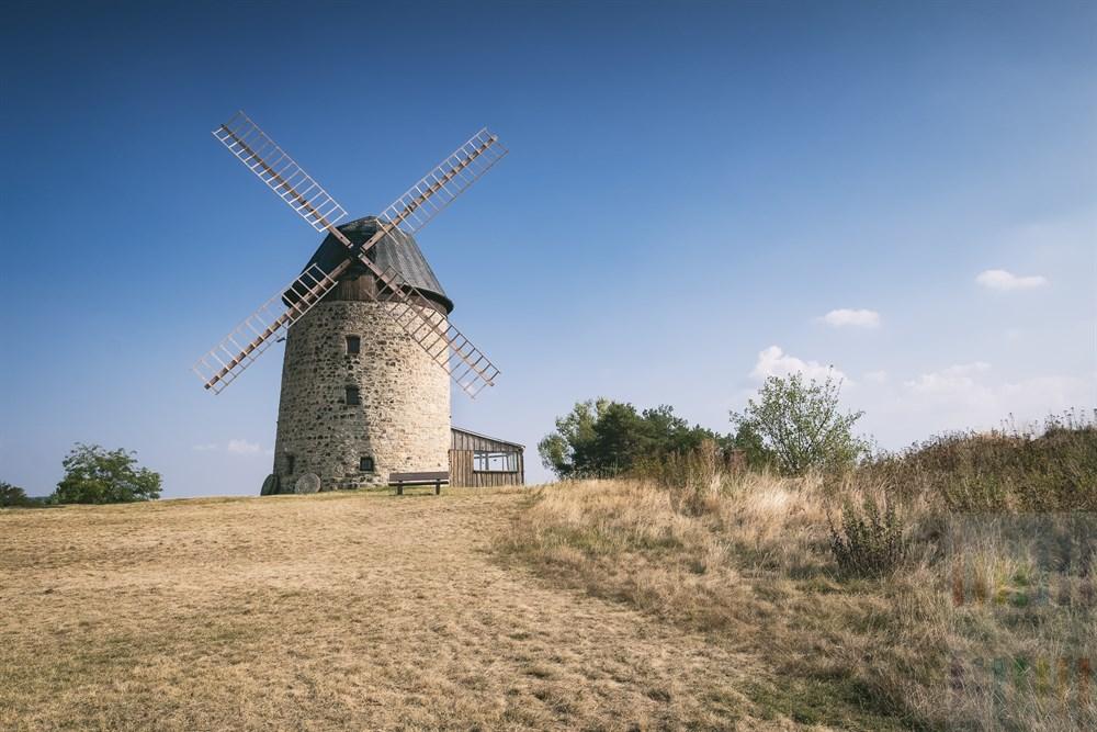 Die Teufelsmühle von Warnstedt wurde, nachdem sie viele Jahrzehnte dem Verfall preis gegeben war, 1991 rekonstruiert und gilt nun als technisches Denkmal. Die Turmwindmühle wurde 1855 aus Bruchsteinen erbaut und auf dem Eckberg.