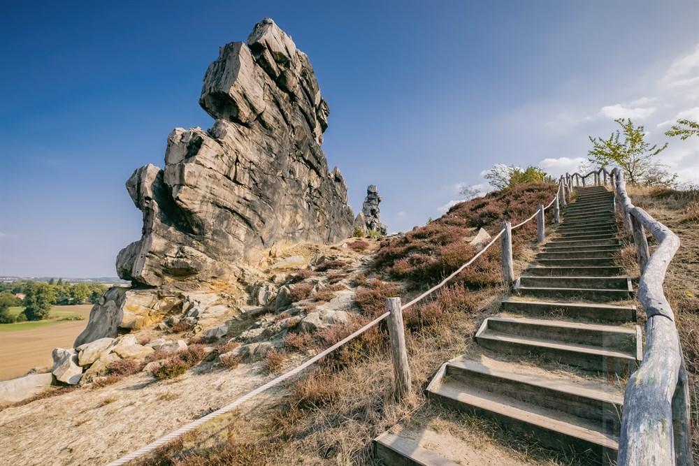 Holzstufen führen hinauf zur bizarren Sandsteinformation der teufelsmauer bei Weddersleben