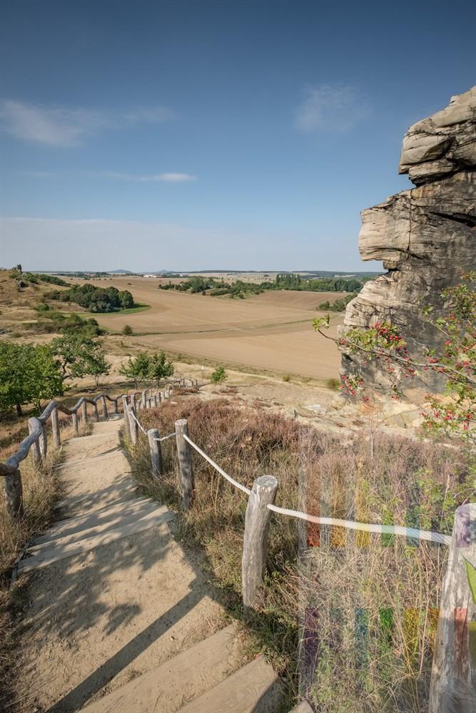 Blick von der Teufelsmauer bei Weddersleben (Sachsen-Anhalt) über die Weite der Landschaft des Bode-Tals an einem sonnigen September-Nachmittag