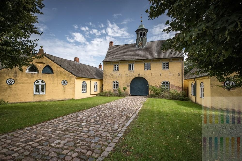 Das Torhaus zum Gut Jersbek im Kreis Stormarn (Schleswig-Holstein) stammt aus dem 16. Jahrhundert