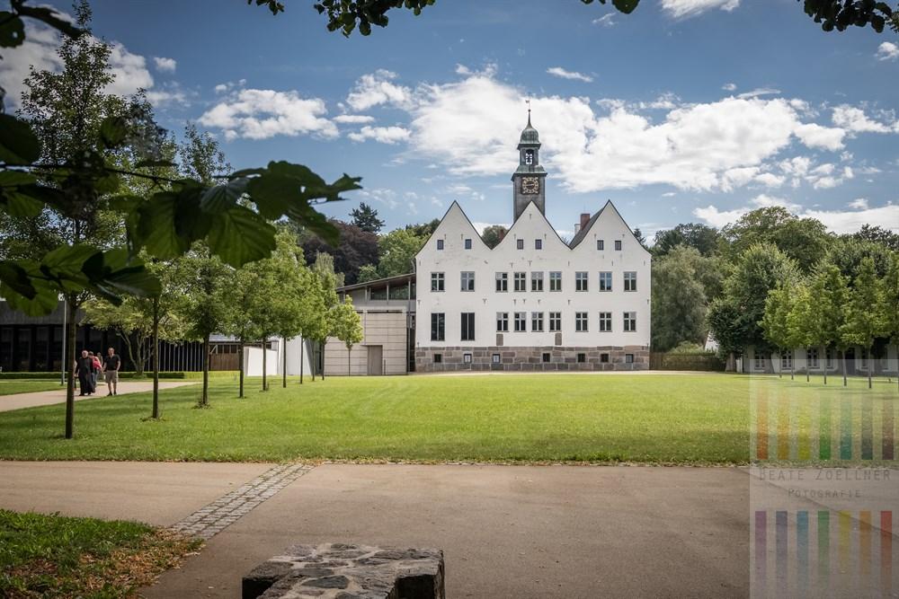 Die Klosteranlage in Nütschau in dessen Mittelpunkt das historische Herrenhaus eines ehemaligen Wasserschlosses steht, sommerlich