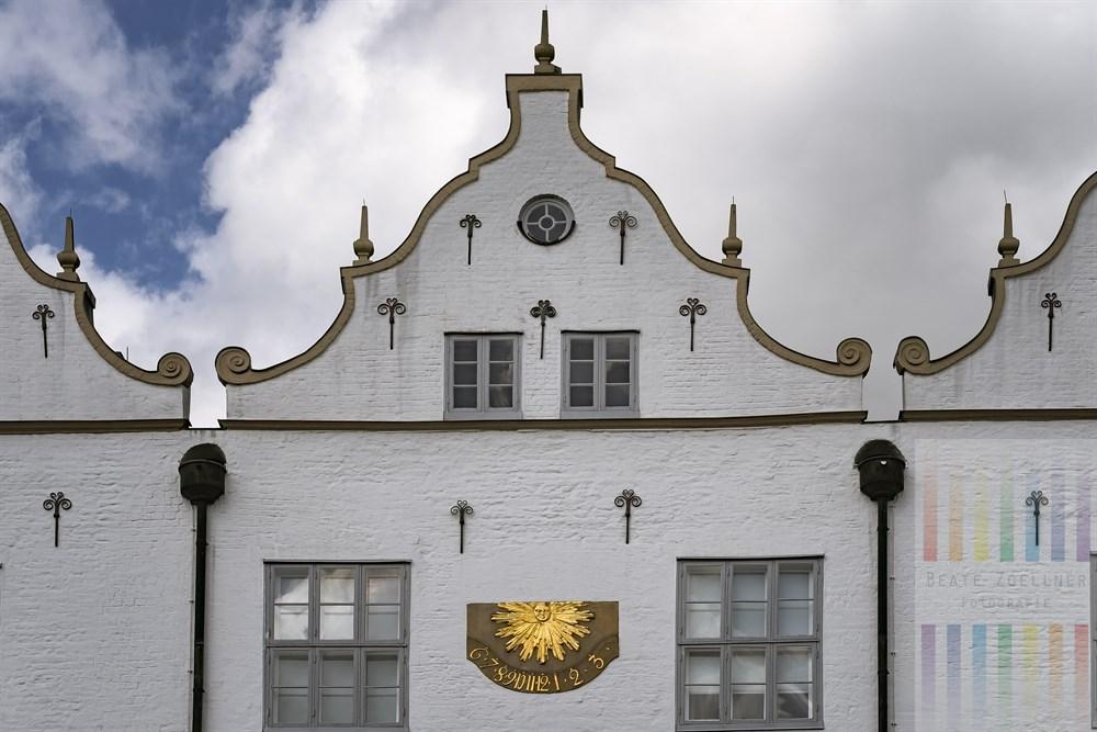 Fassadendetail mit Sonnenuhr am Ahrensburger Schloss