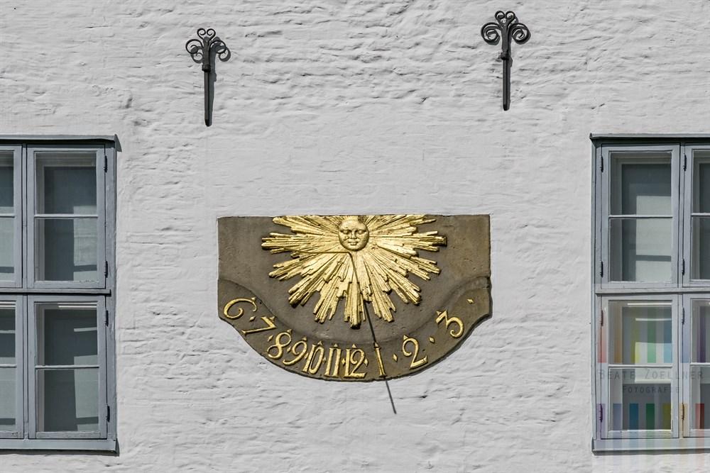 Sonnenuhr an der weißen Fassade des historischen Ahrensburger Schlosses