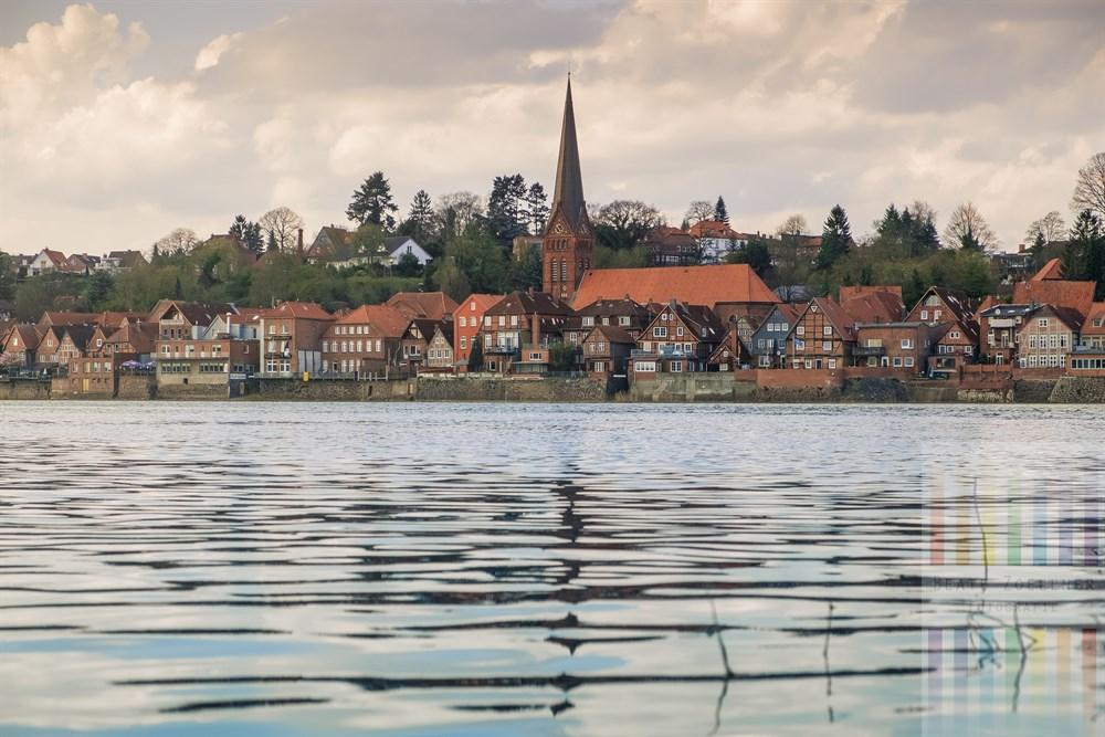 Blick von Hohnstorf (Landkreis Lüneburg) über die Elbe auf die historische Unterstadt von Lauenburg (Kreis Herzogtum Lauenburg)