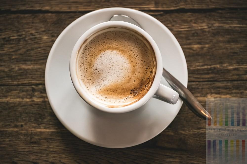 Aufsicht auf eine Tasse frisch zubereiteten Cappuccino in der Sylter Kaffeerösterei
