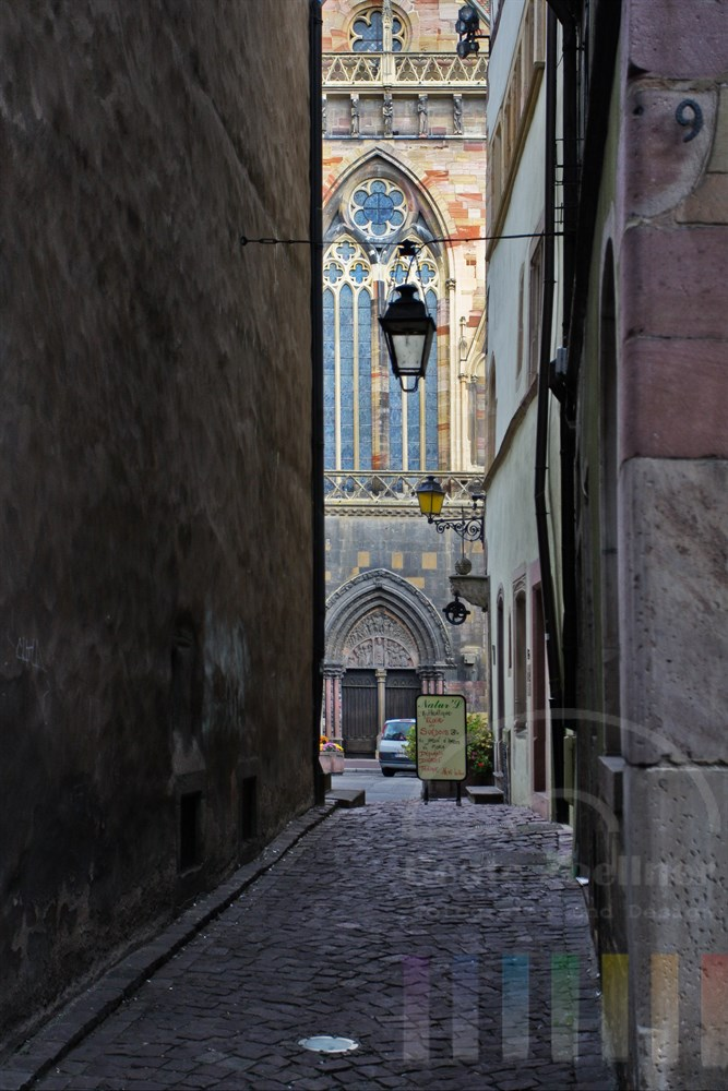 enge Gasse in Colmar mit Blick auf die Kathedrale