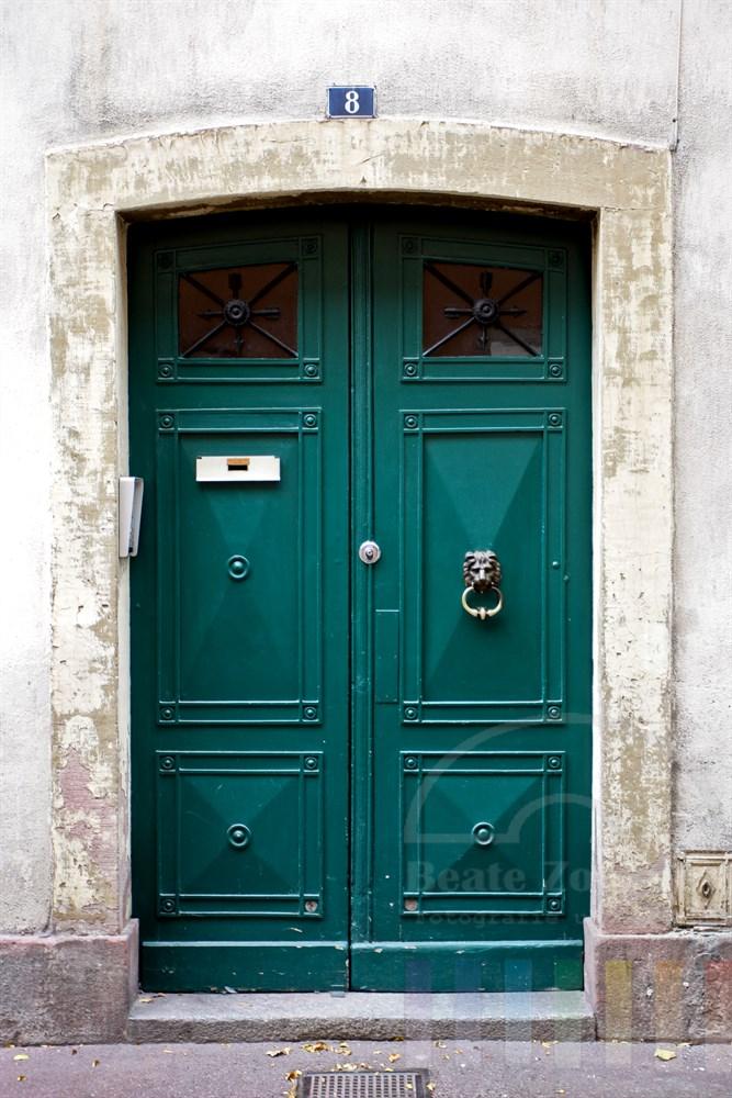 schwere, grüne Haustür mit Löwenkopf als Türklopfer in der Altstadt von Colmar/Elsass