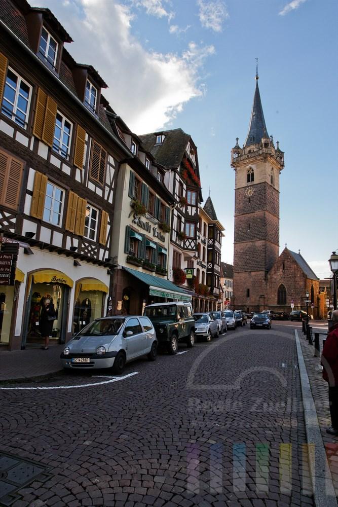 Blick vom Place Du Marche auf den Kapellturm im Stadtzentrum von Obernai/Elsass