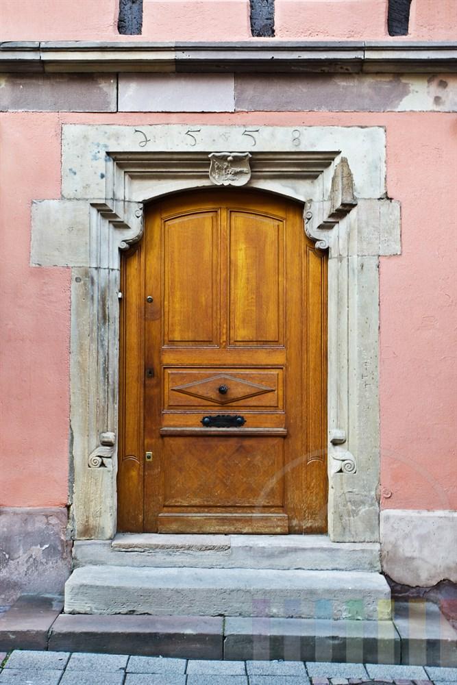 alte Holztür in der historischen Altstadt von Obernai im Elsass