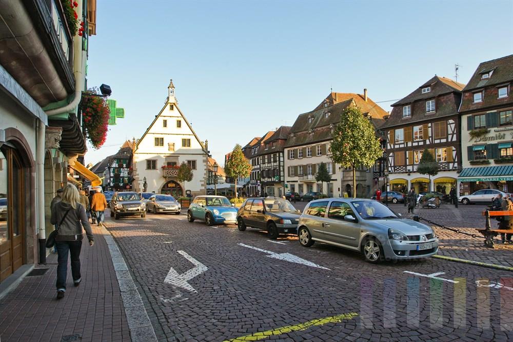 Marktplatz in der historischen Altstadt von Obernai/Elsass