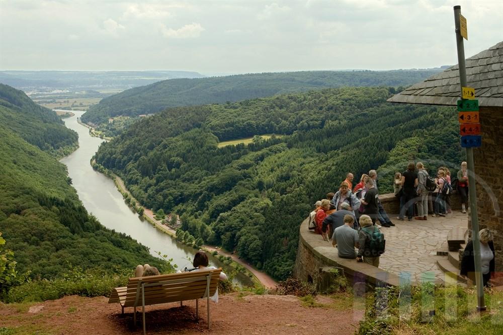 Touristen an der Aussichtsplattform über der Saarschleife bei Coelf