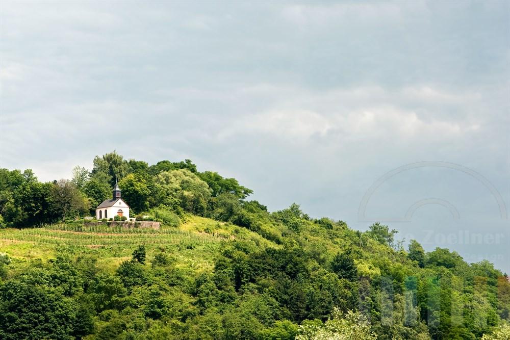 Hoch auf dem Hausberg der Stadt Merzig im Saarland steht die Kreuzbergkapelle