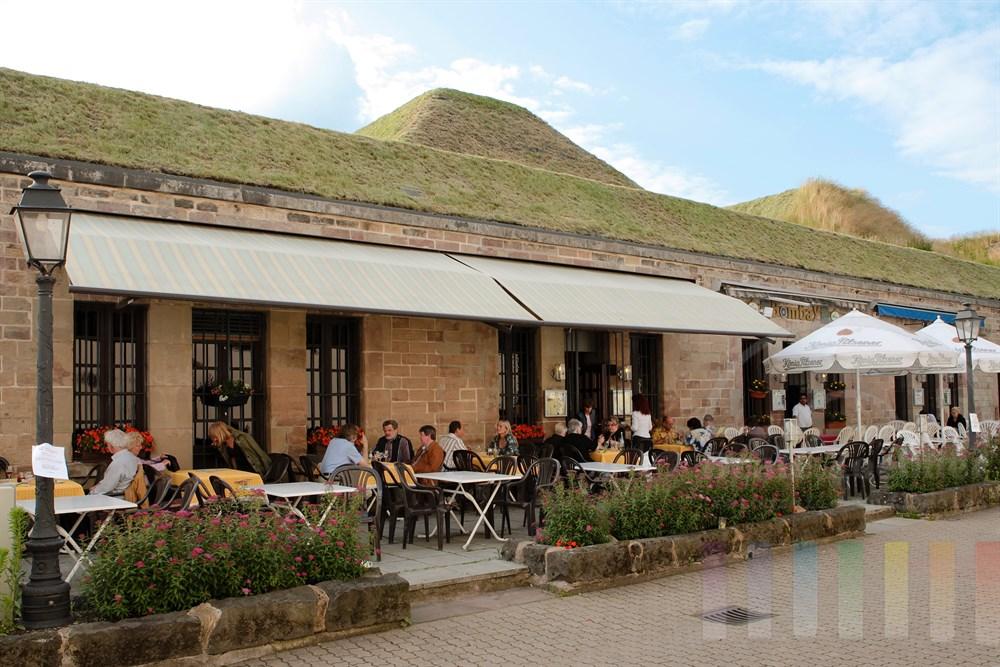 Die historischen Kasematten dienten einst der Verteidigung der Stadt Saarlouis. Heute beherbergen die Gewölbe des ehemaigen Verteidigungswalles zahlreiche gastronomische Betriebe