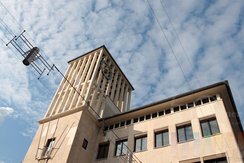 Das Rathaus der Stadt Saarlouis wurde in den 50er Jahren errichtet und gilt heute als Wahrzeichen der Stadt