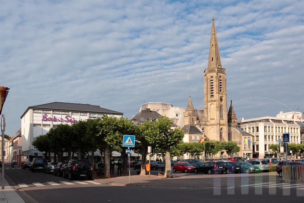 Stadtansicht Saarlouis: Die Ludwigskirche und der Große Markt mit den alten Platanen