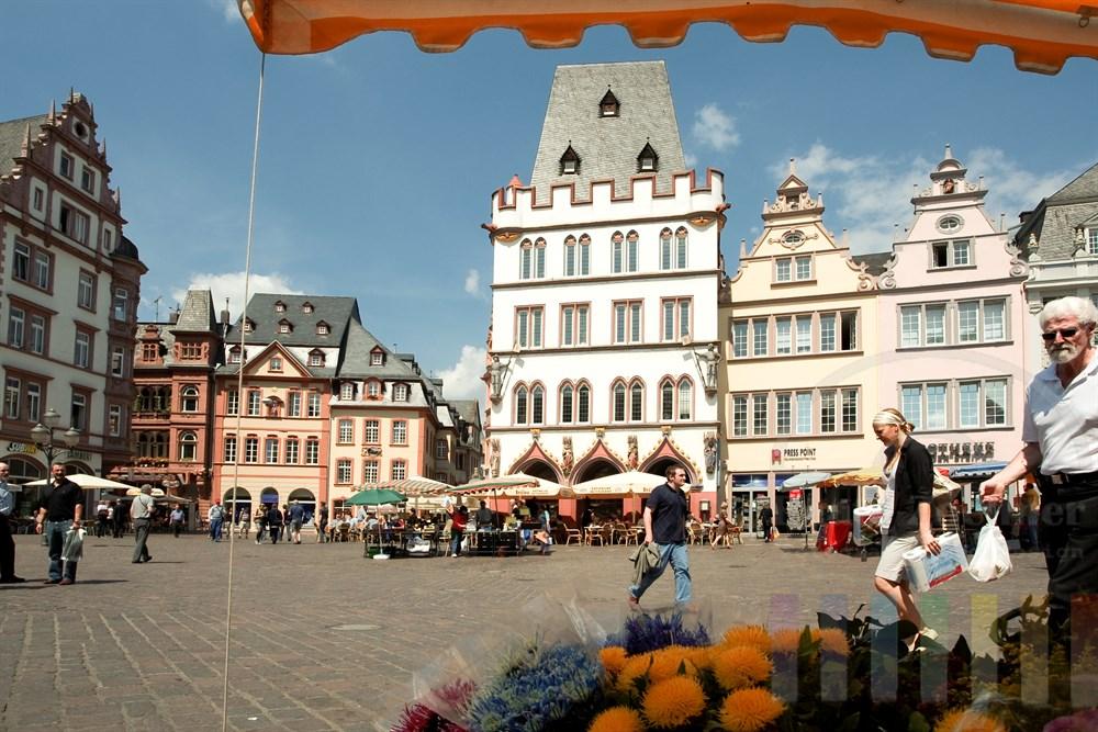 Der Hauptmarkt in Trier mit der Steipe (Gebäude Bildmitte)