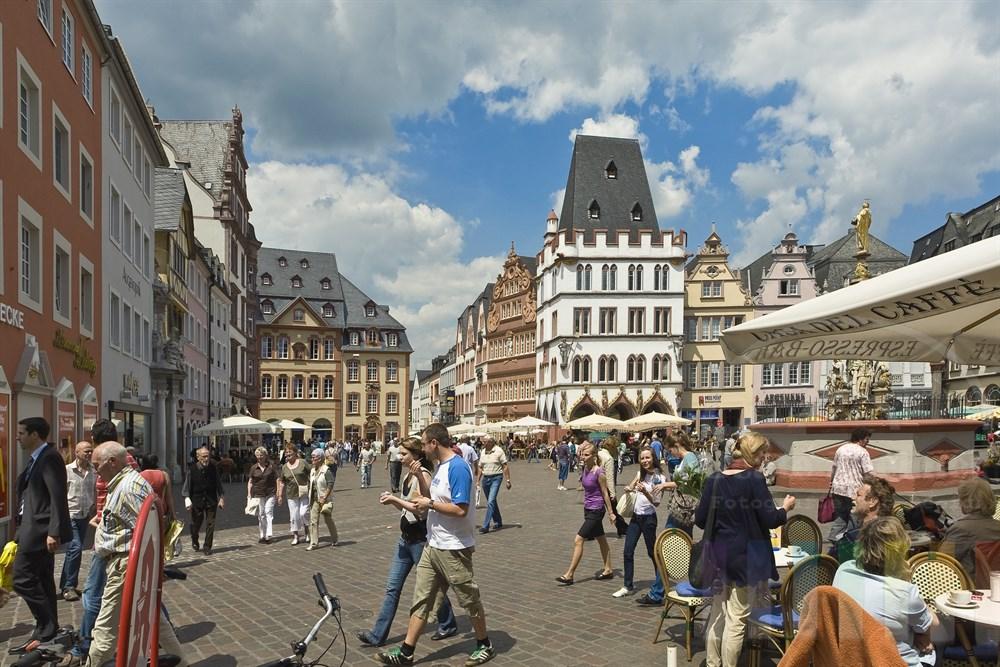 Buntes Treiben auf dem historischen Marktplatz der Stadt Trier, sommerlich