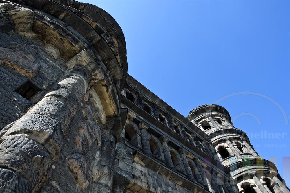 Das Porta Nigra ist das Wahrzeichen von Trier, der aeltesten Stadt Deutschlands