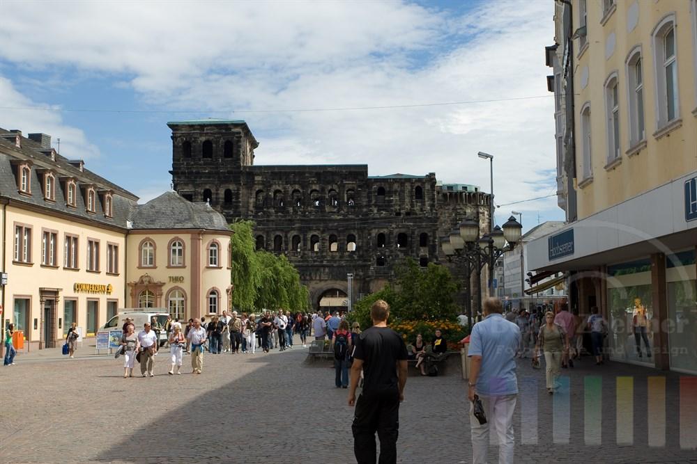 Die Porta Nigra in Trier von der Stadtseite aus gesehen