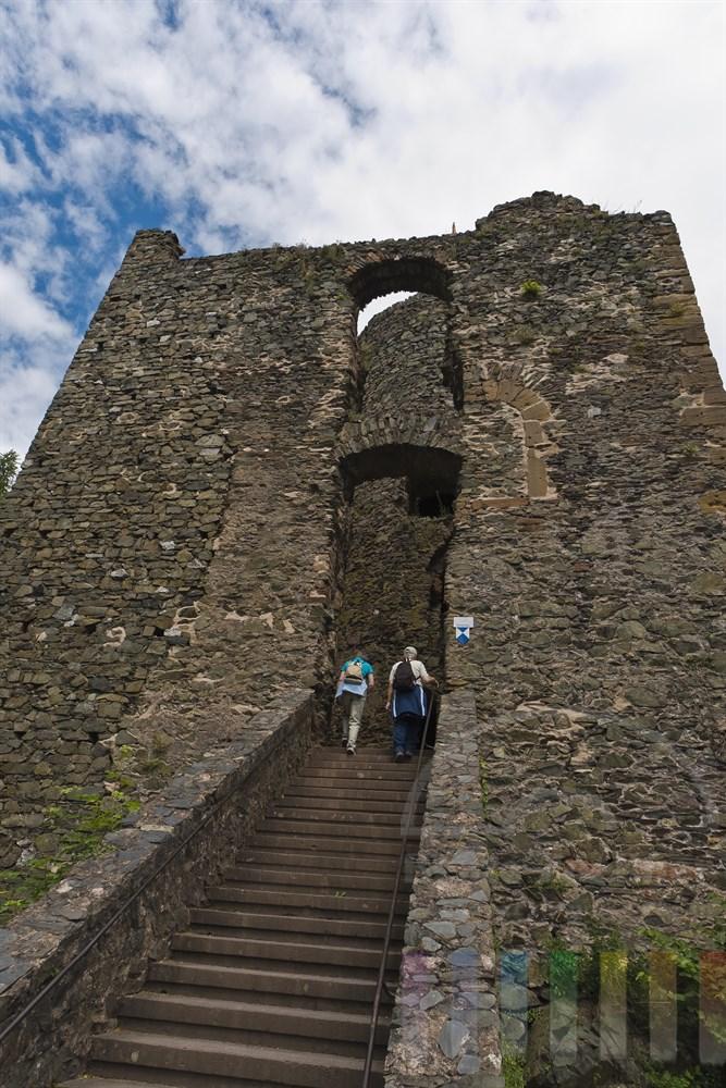 Zwei Touristen steigen zur Burgruine Saarburg hinauf