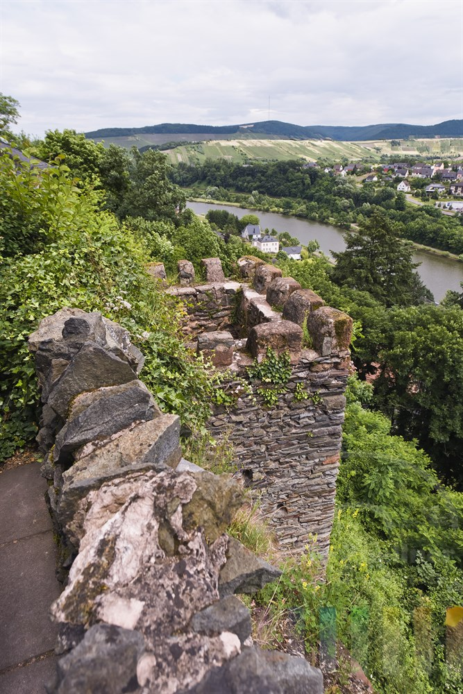 Bick von der Burgruine von Saarburg ueber die Saar, Himmel bedeckt