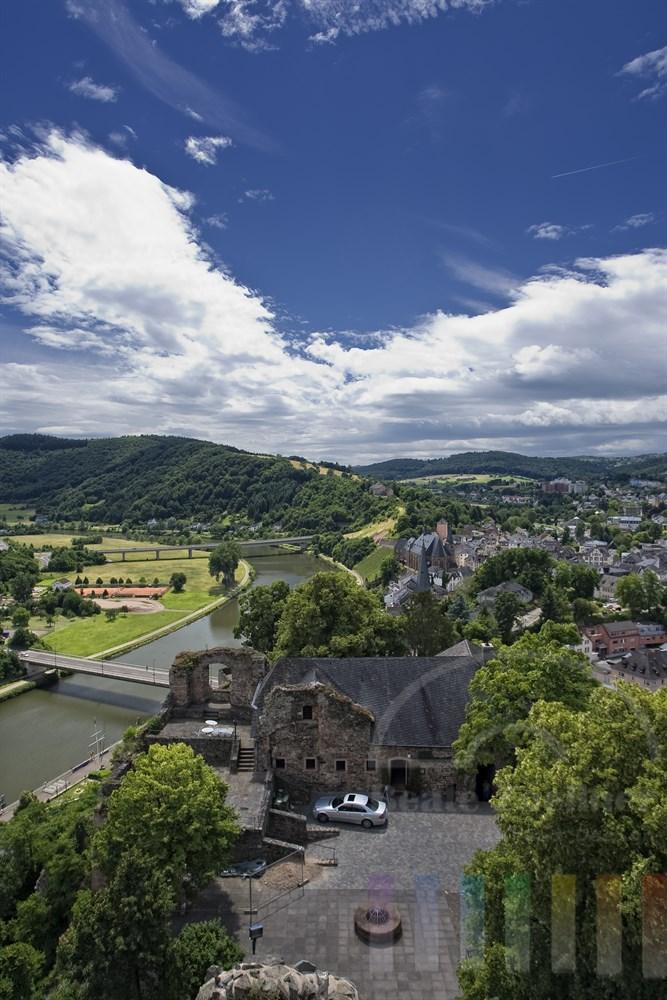 Blick von der Burgruine auf die Stadt Saarburg und die Saar