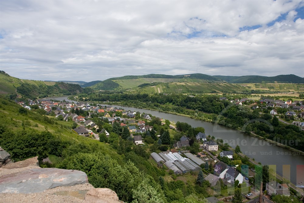 Blick von der Burgruine auf die mittelalterliche Stadt Saarburg an der Saar im Bundesland Rheinland-Pfalz