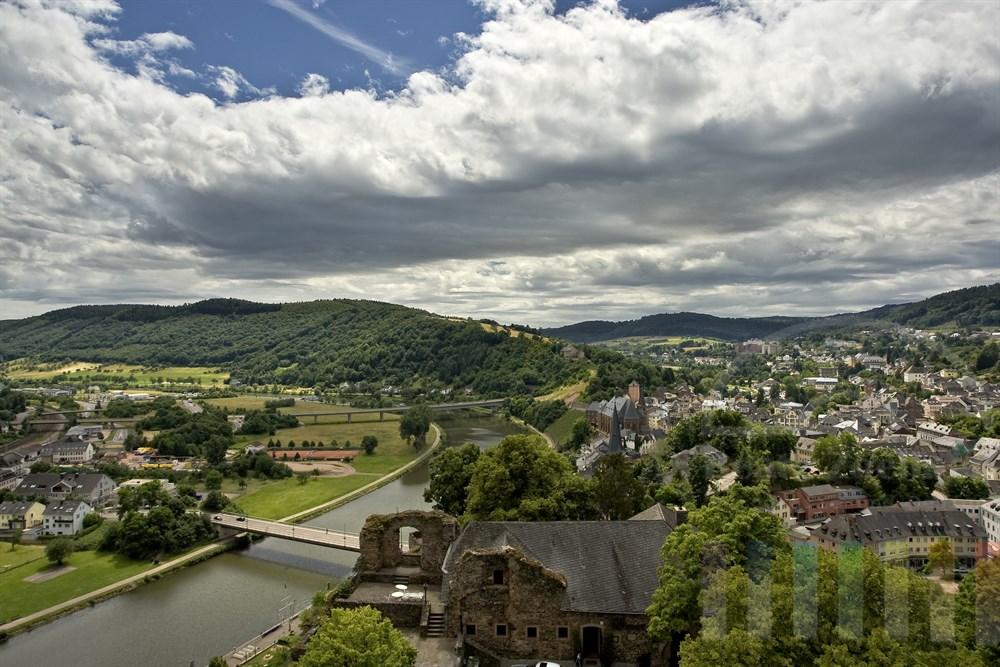 Blick von der Burgruine auf die Stadt Saarburg und die Saar, sommerlich